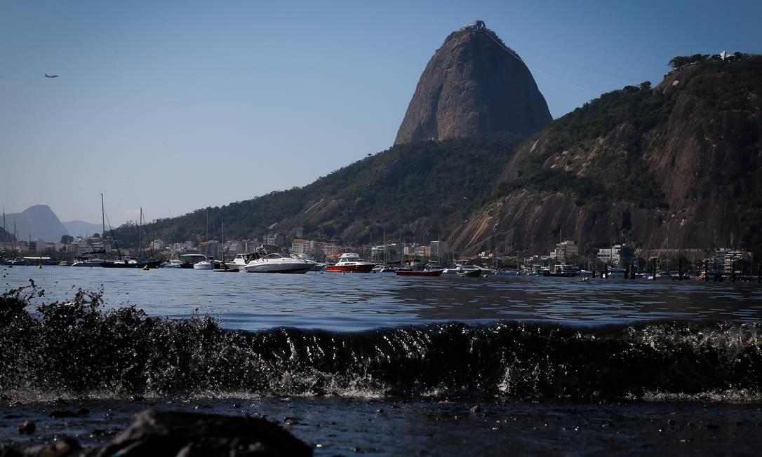 A ressaca que atingiu o Rio nas últimas semanas mudou a paisagem da orla e continua provocando estragos Foto: Pablo Jacob / Agência O Globo