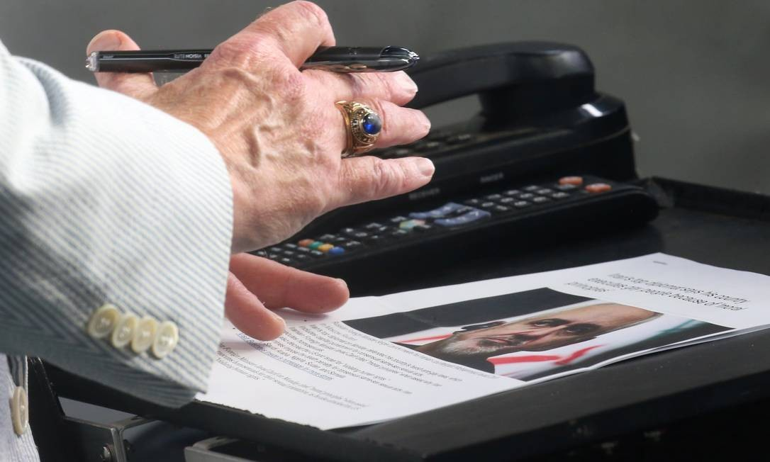 O assessor de Segurança Nacional dos EUA John Bolton segura um artigo sobre o ministro das Relações Exteriores do Irã, Mohammad Javad Zarif, enquanto dá uma entrevista nesta quarta: considerado uma figura moderada do regime iraniano, Zarif teve importante papel na negociação do acordo nuclear de 2015 Foto: LEAH MILLIS/REUTERS