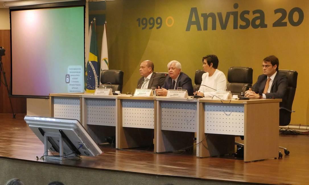 William Dib, diretor-presidente da Anvisa (ao centro), afirmou não querer polemizar com Osmar Terra Foto: Reprodução