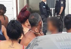 Policiais em conjunto habitacional Foto: Reproduçao/Redes sociais