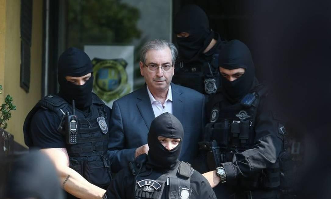 No dia 19 de outubro de 2016, o ex-presidente da Câmara e deputado cassado Eduardo Cunha (PMDB-RJ) foi preso em Brasília, acusado de receber propina e usar contas na Suíça para lavar o dinheiro Foto: Geraldo Bubniak / Agência O Globo