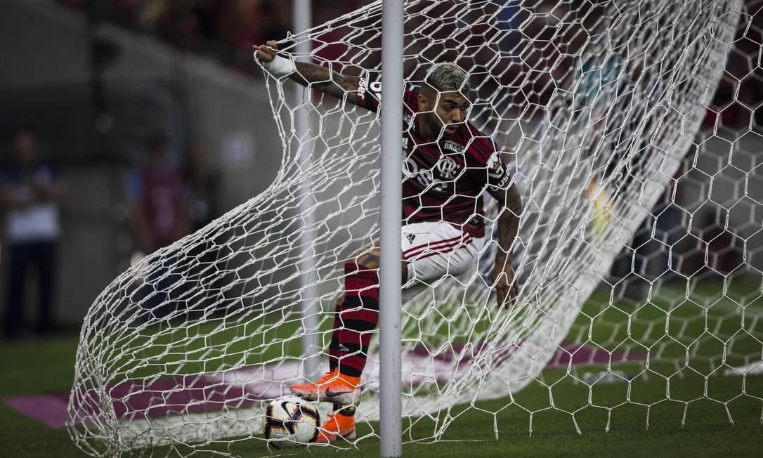 A pressa de Gabigol após marcar o primeiro gol do Flamengo Foto: Guito Moreto / Agência O Globo