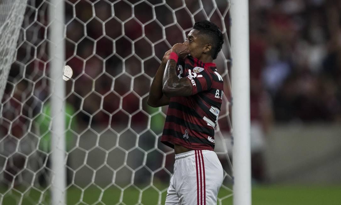 Bruno Henrique lamenta chance desperdiçada Foto: Guito Moreto / Agência O Globo