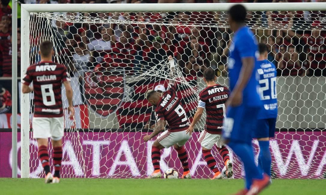 O Flamengo abriu dois gols de vantagem sobre o Emelec ainda no primeiro tempo Foto: MAURO PIMENTEL / AFP
