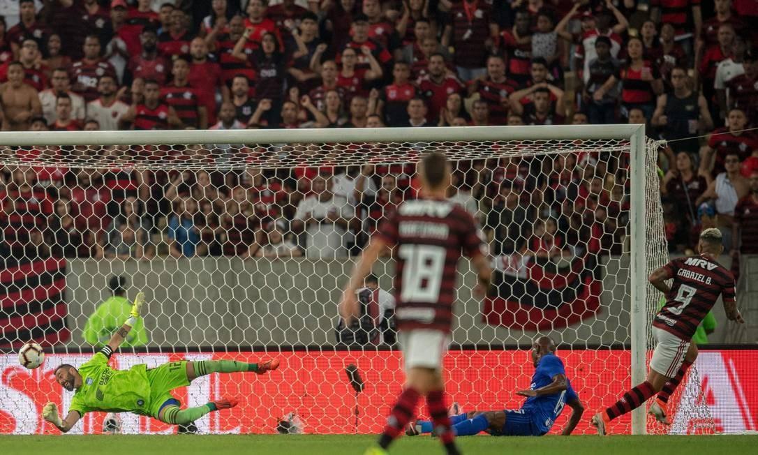 Gabigol corre para comemorar após marcar o segundo gol do Flamengo sobre o Emelec Foto: MAURO PIMENTEL / AFP
