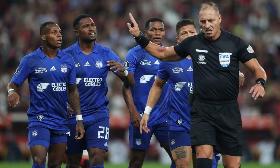 Jogadores do Emelec reclamam do árbitro Nestor Pitana Foto: RICARDO MORAES / REUTERS
