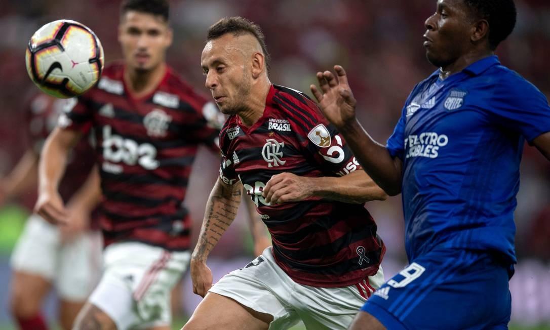 Rafinha disputa a bola com Brayan Angulo no duelo entre Flamengo e Emelec pela Libertadores Foto: MAURO PIMENTEL / AFP
