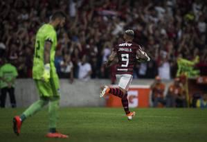 Gabigol corre para comemorar a abertura do placar no Maracanã Foto: Guito Moreto / Agência O Globo