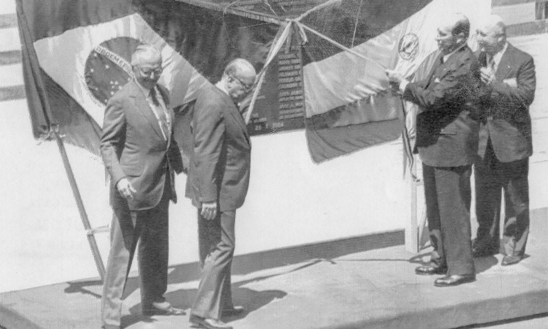 Os presidentes João Figueiredo, do Brasil, e Alfredo Stroessner, do Paraguai, descerram a placa de inauguração da nova usina hidrelétrica, em 25 de outubro de 1984 Foto: Antônio Moreno / Agência O Globo