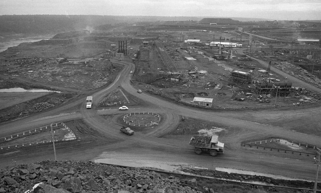 Vista aérea das obras de construção da hidrelétrica binacional (Brasil e Paraguai), em 21 de abril de 1977 Foto: Paulo Moreira / Agência O Globo