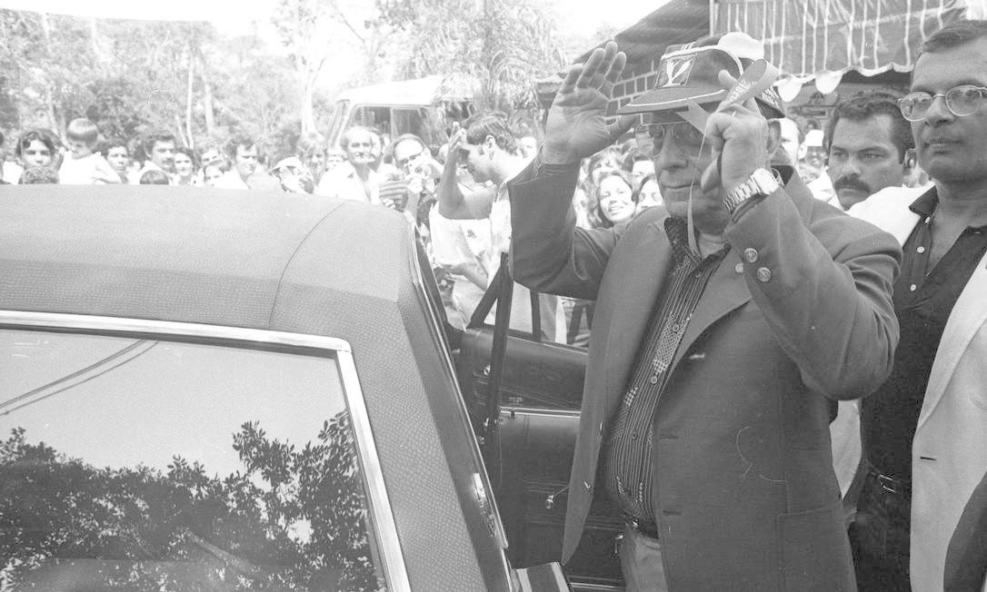 O presidente João Figueiredo visita o Parque Nacional das Sete Quedas, maiores cachoeiras do mundo, que foram inundadas para a construção da hidrelétrica de Itaipu - 22 de setembro de 1982 Foto: Antonio Carlos Piccino / Agência O Globo