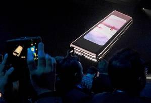 O Galaxy Fold, da Samsung, é um smartphone que se abre num tablet Foto: Stephen Nellis / REUTERS
