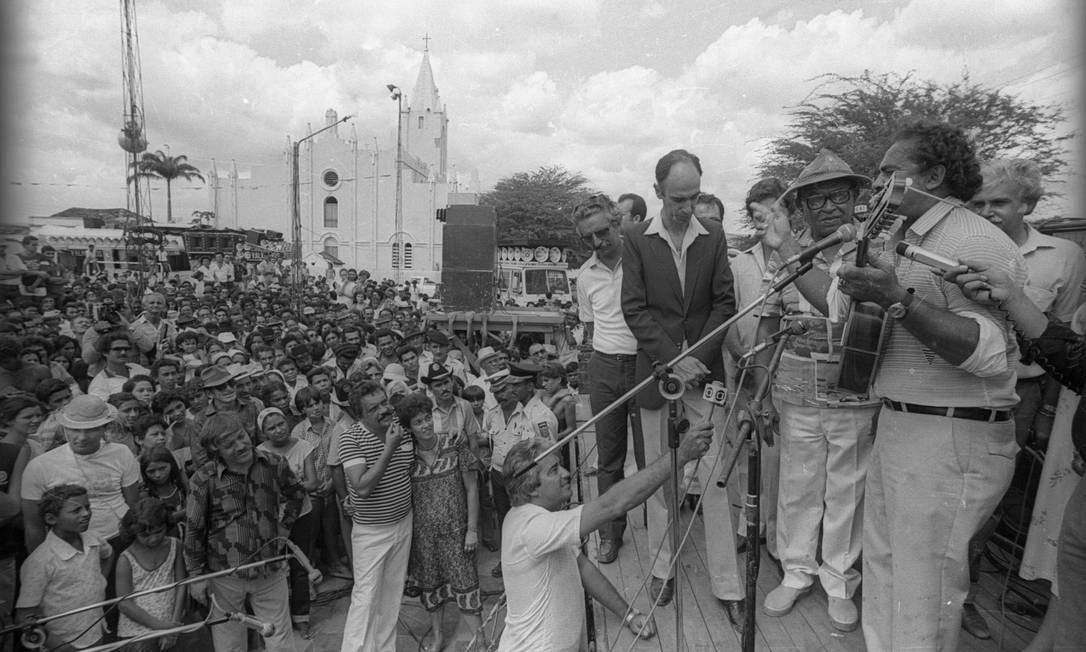 Comemorações pelos 70 anos de Luiz Gonzaga na cidade de Exu. Na foto, um repentista se apresenta ao lado de Luiz Gonzaga (de chapéu) e do Senador Marco Maciel Foto: Pedro Luiz / Agência O Globo