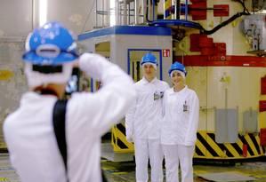 Casal posa para uma foto no alto do antigo reator da usina nuclear desativada de Ignalina, em Visaginas, Lituânia, locação usada na série