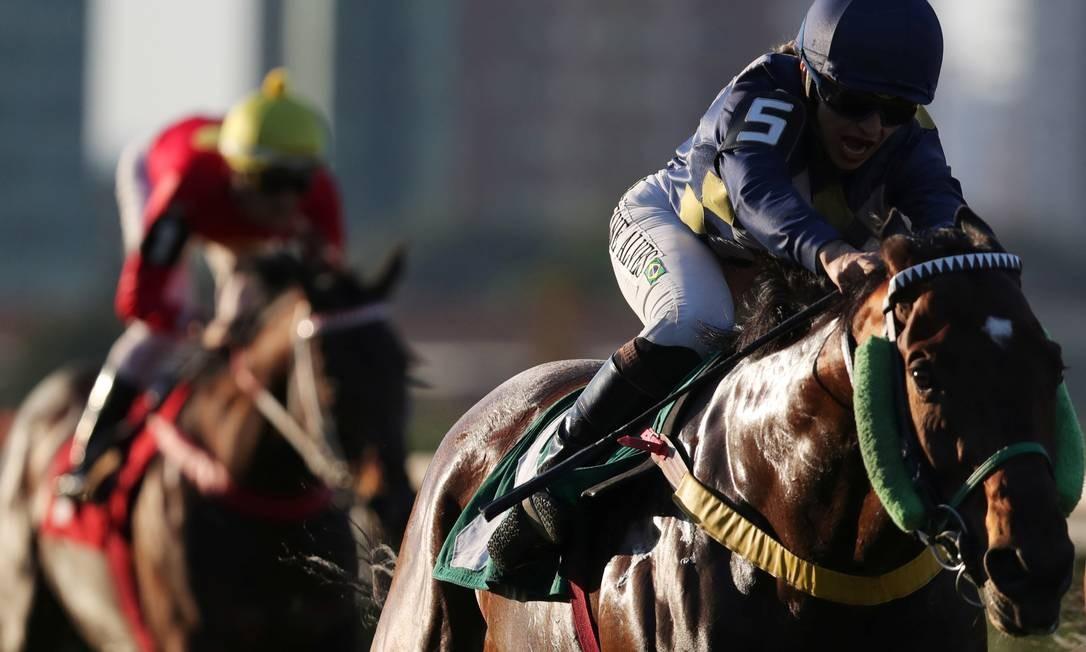 Alves corre no cavalo Maraud, no Jockey Club, em São Paulo. No ano passado, foi uma das duas únicas mulheres a competir, no Rio de Janeiro, no Grande Prêmio do Brasil. Foto: AMANDA PEROBELLI / REUTERS