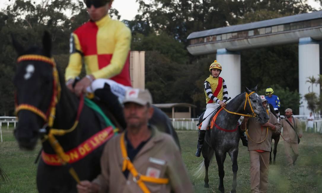 Jeane Alves antes de uma corrida com o cavalo Le Fin no Jockey Club, em São Paulo Foto: AMANDA PEROBELLI / REUTERS