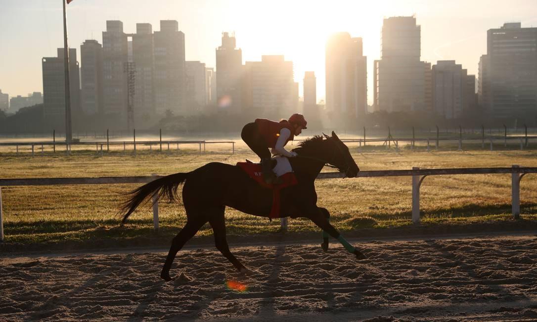 Jeane Alves, 30 anos, monta um cavalo durante sessão de treinamento no hipódromo de Cidade Jardim, em São Paulo, onde é a única joqueta em atividade Foto: AMANDA PEROBELLI / REUTERS