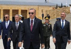 Presidente turco, Recep Tayyip Erdogan (centro), é acusado de tentar controlar com mão de ferro a mídia no país Foto: HANDOUT / REUTERS
