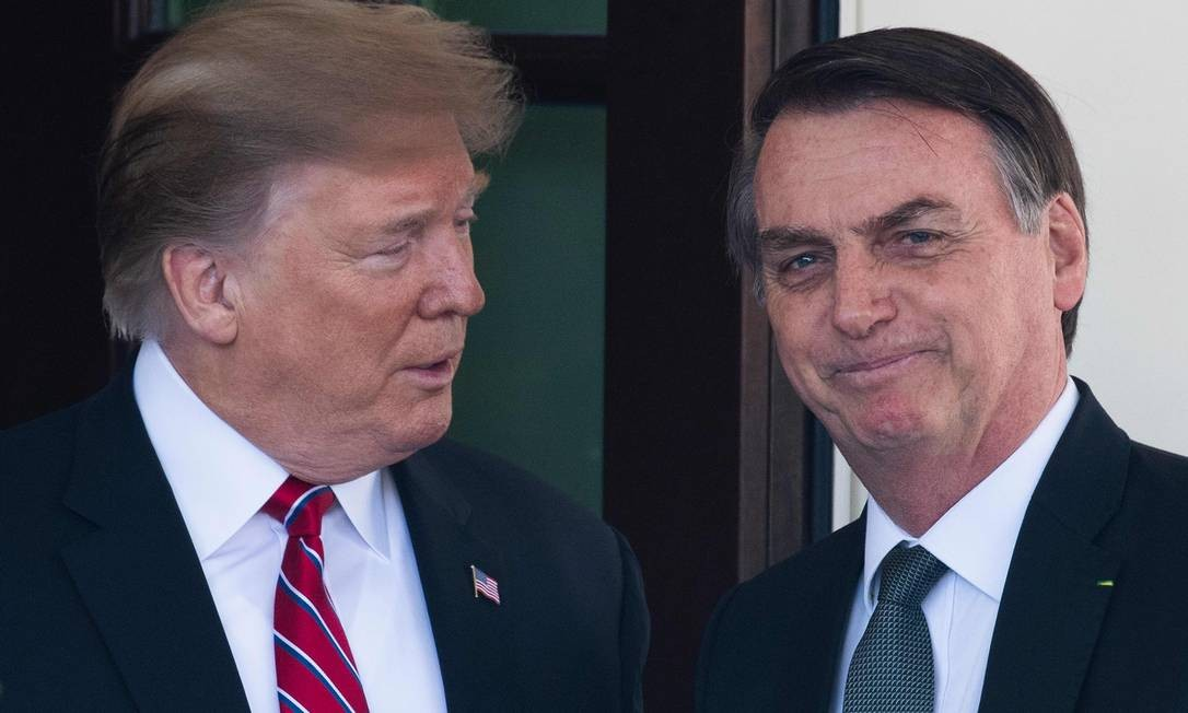 O presidente dos EUA, Donald Trump, recebe o presidente do Brasil, Jair Bolsonaro, na Casa Branca durante visita oficial em março: designação anunciada então foi confirmada nesta quarta Foto: JIM WATSON/AFP/19-03-2019