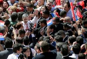 O presidente do Paraguai, Mario Abdo Benítez, em meio a apoiadores após o cancelamento da ata sobre Itaipu Foto: JORGE ADORNO / REUTERS