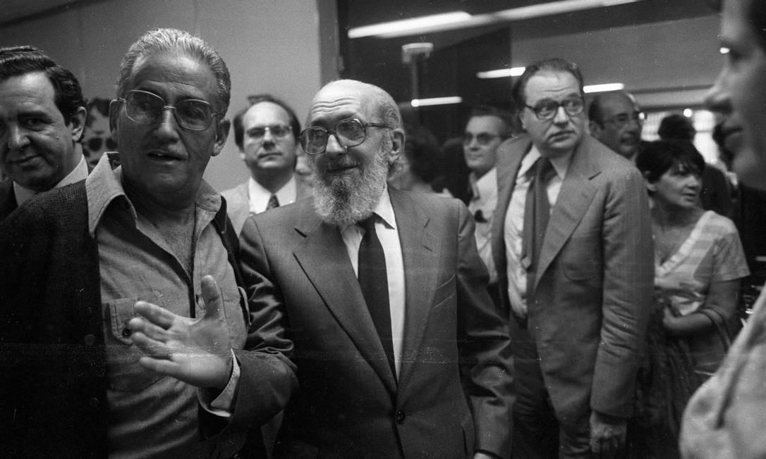 """Em agosto de 1979, Paulo Freire retorna ao Brasil, depois de 15 anos de exílio na Suíça. Seu livro """"Pedagogia do oprimido"""" é a única obra brasileira a aparecer na lista dos 100 mais pedidos pelas universidades de língua inglesa Foto: Silvio Correa / Agência O Globo"""