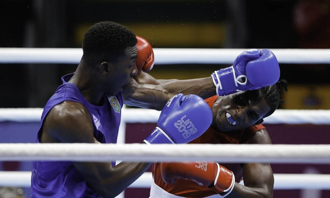 Keno Machado (azul) blue, ganhou a medalha de prata no boxe 81 kg. A medalha de ouro ficou com o cubano Julio Cesar La Cruz Foto: Cristiane Mattos / Cristiane Mattos / Lima 2019