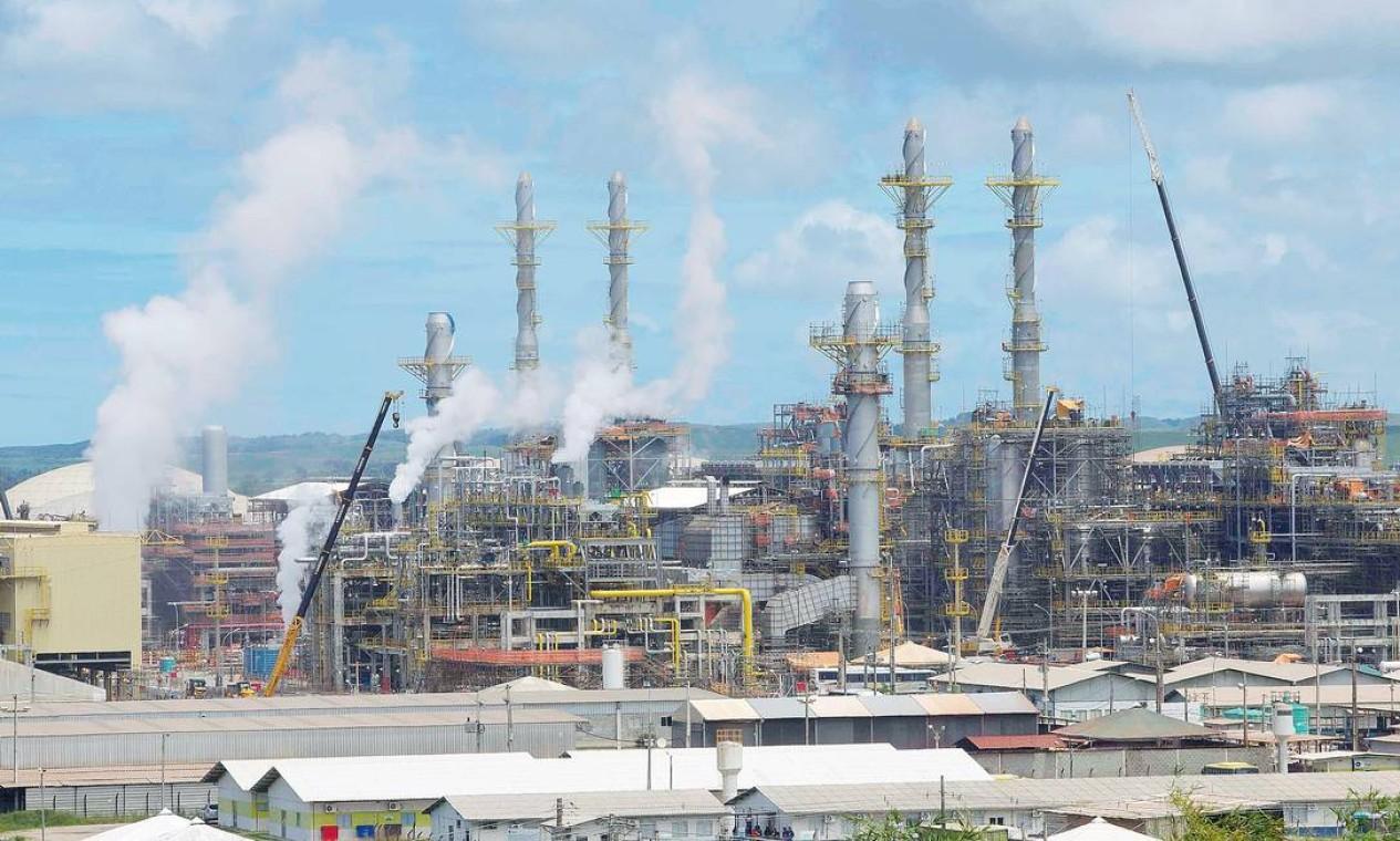 Em julho, a Petrobras começou a receber propostas para a venda de quatro refinarias, entre elas a Refinaria de Abreu e Lima, em Pernambuco (foto) Foto: Hans von Manteuffel / Agência O Globo