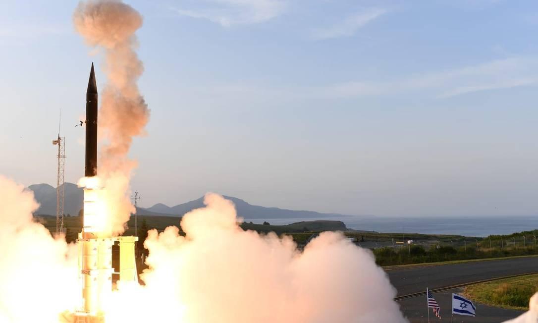 O acordo baniu mísseis nucleares e convencionais de médio alcance lançados de plataformas terrestres e capazes de atingir distâncias entre 500 km e 5.000 km. Na foto, o teste de um míssil Arrow-3 de interceptação, que faz parte do escudo balístico feito por Israel no Alasca (EUA), em 28 de julho Foto: Handout . / REUTERS