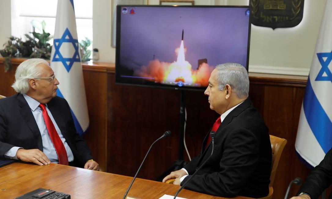 O primeiro-ministro israelense, Benjamin Netanyahu, e o embaixador dos EUA em Israel, David Friedman, assistem ao vídeo de lançamento do míssil Arrow-3. O encontro aconteceu em Jerusalém Foto: POOL / REUTERS
