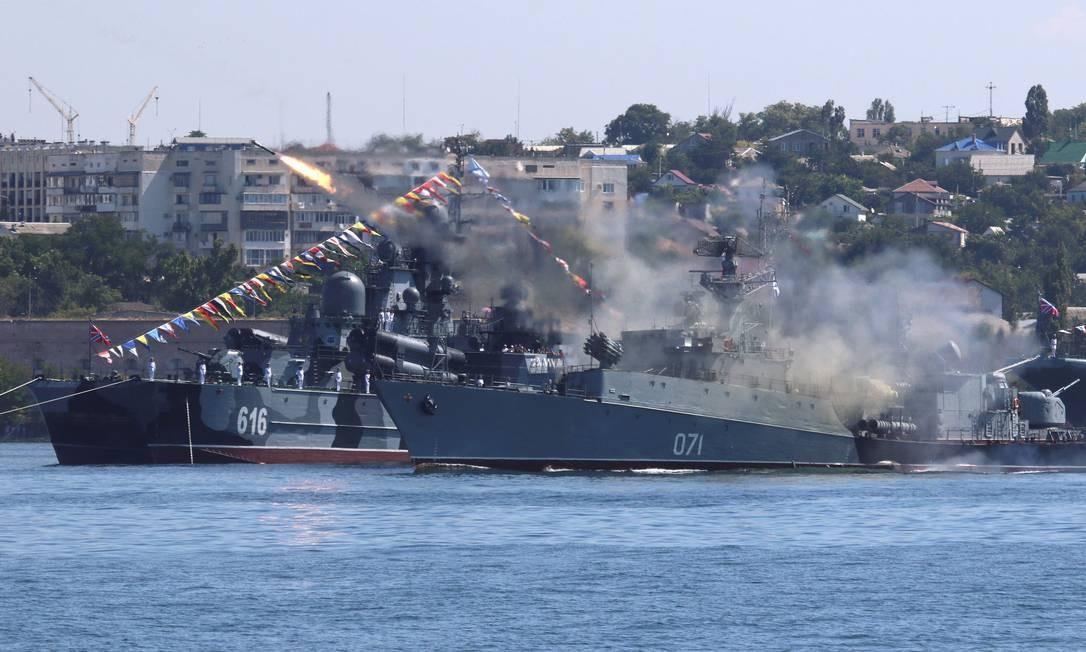 Um navio de guerra russo dispara mísseis durante um ensaio para o desfile do dia da Marinha no porto do Mar Negro de Sevastopol, na Crimeia, em 26 de julho de 2019 Foto: ALEXEY PAVLISHAK / REUTERS