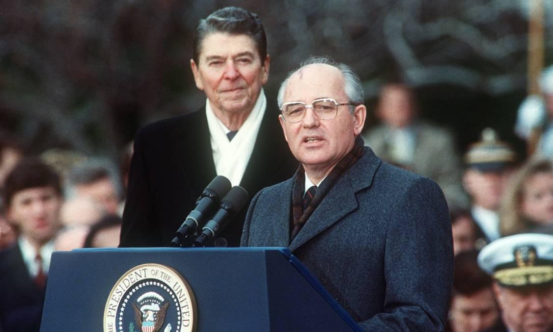 O tratado foi assinado pelo presidente Ronald Reagan (esquerda) e o líder soviético Mikhail Gorbachev em 8 de dezembro de 1987, em Washington, durante a Guerra Fria Foto: JEROME DELAY / AFP