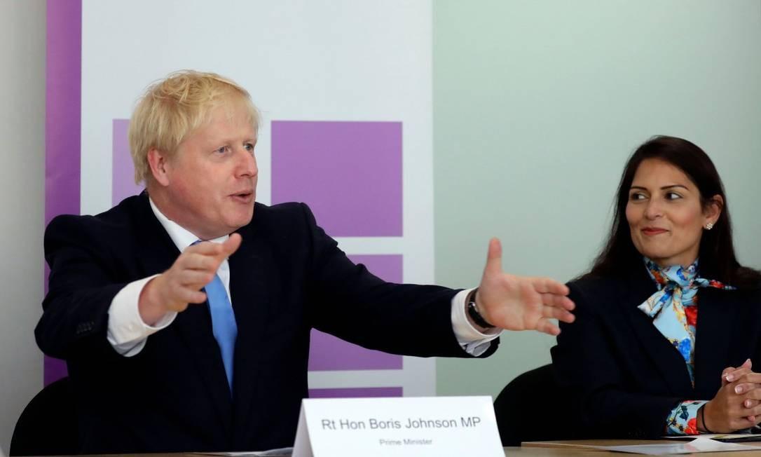 Boris Johnson, ao lado da ministra Priti Patel, em reunião oficial Foto: KIRSTY WIGGLESWORTH / AFP/31-07-2019