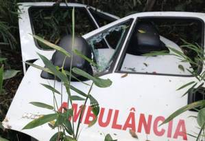 Partes da possível ambulância utilizada pela quadrilha responsável pelo roubo de 729 quilos de ouro foram encontradas na zona rural de Ferraz Vasconcelos (SP) Foto: Agência O Globo