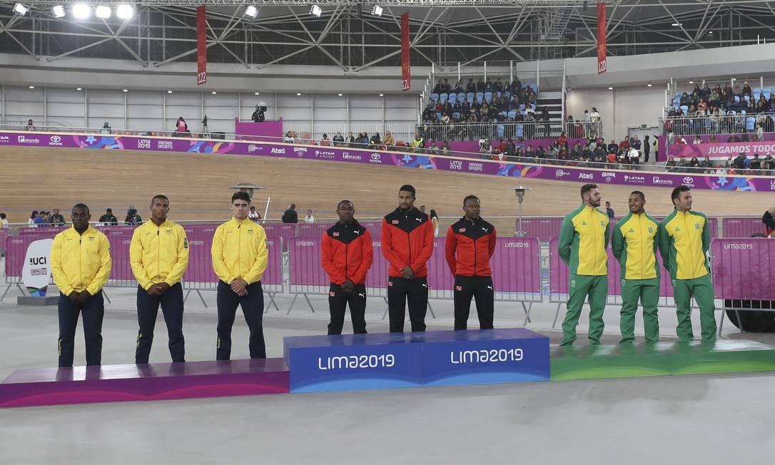 A equipe brasileira (direita) formada por Flávio Cipriano, João Vitor e Kacio Freitas conquistou a medalha de bronze na prova de Velocidade. A equipe de Trinidad e Tobago (meio) ficou com o ouro e a da Colômbia (esquerda), a prata Foto: Gabriel Heusi / Gabriel Heusi / Lima 2019