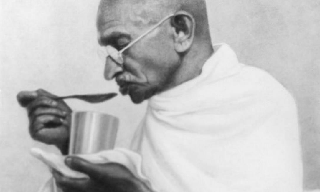 Mahatma Gandhi faz uma última refeição antes de jejuar no Rashtriyashala Ashram, em março de 1939 Foto: Divulgação