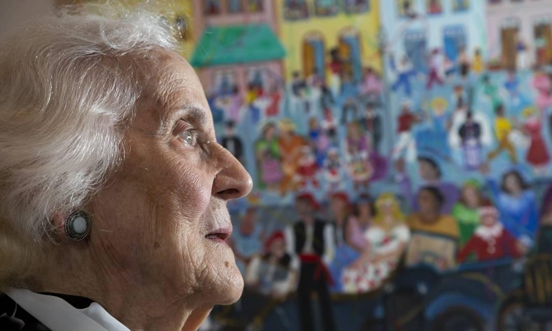 Glória Barbosa pinta quadros de arte naïf em seu ateliê na Vila do Largo Foto: Bruno Kaiuca / Agência O Globo