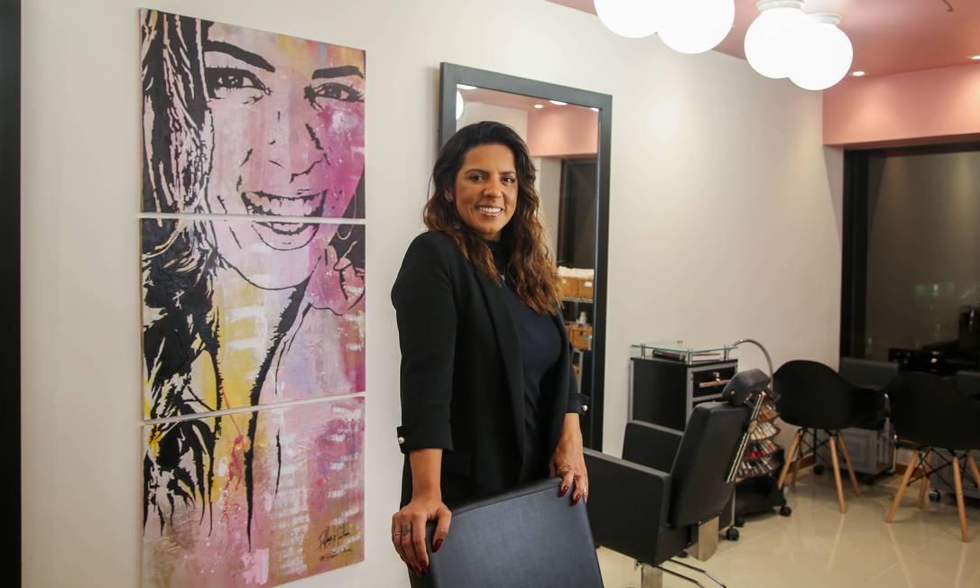 Uma vez por mês, a visagista Melissa Paladino promove ação beneficente em seu salão Foto: Gabriela Fittipaldi / Agência O Globo