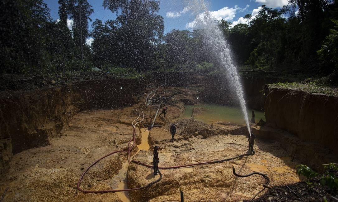 Atividade ilegal envolve entre 10 mil e 15 mil garimpeiros entocados na Floresta Amazônica, numa fuga constante de fiscalizações. Foto: Daniel Marenco / Agência O Globo