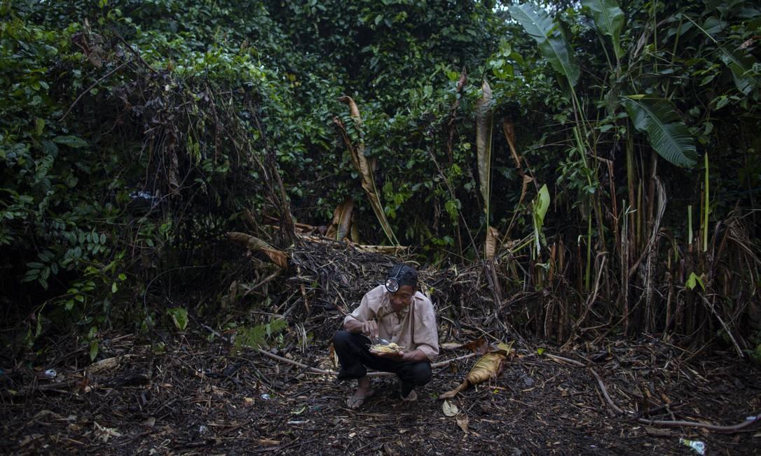 Irmão, 57 anos, já garimpou no Pará e está em terra ianomâmi há um ano e três meses Foto: Daniel Marenco / Agência O Globo