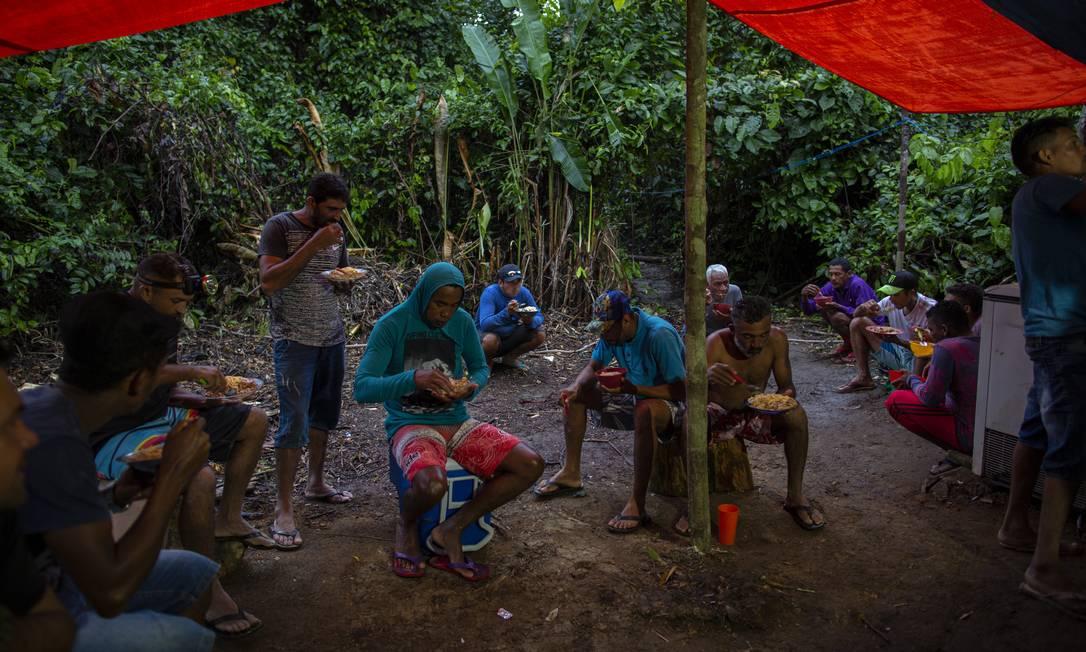 Garimpeiros jantam após uma jornada de doze horas de trabalho Foto: Daniel Marenco / Agência O Globo