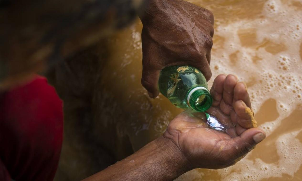 O mercúrio é usado para que o ouro se junte e assim seja mais facil ser lavado Foto: Daniel Marenco / Agência O Globo