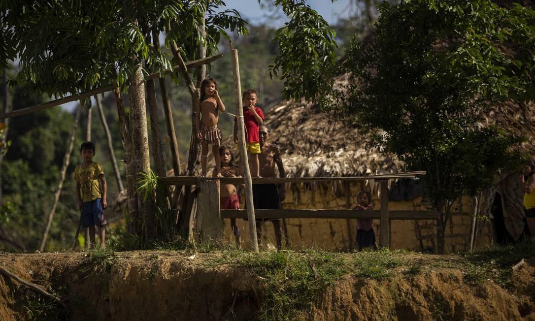 Às margens do Rio Mucajaí, é possível ver indígenas em várias aldeias Foto: Daniel Marenco / Agência O Globo