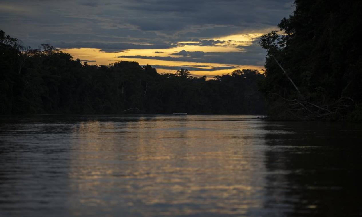 A subida do Rio Mucajaí oferece desafios como corredeiras e cachoerias para os pilotos das canoas Foto: Daniel Marenco / Agência O Globo