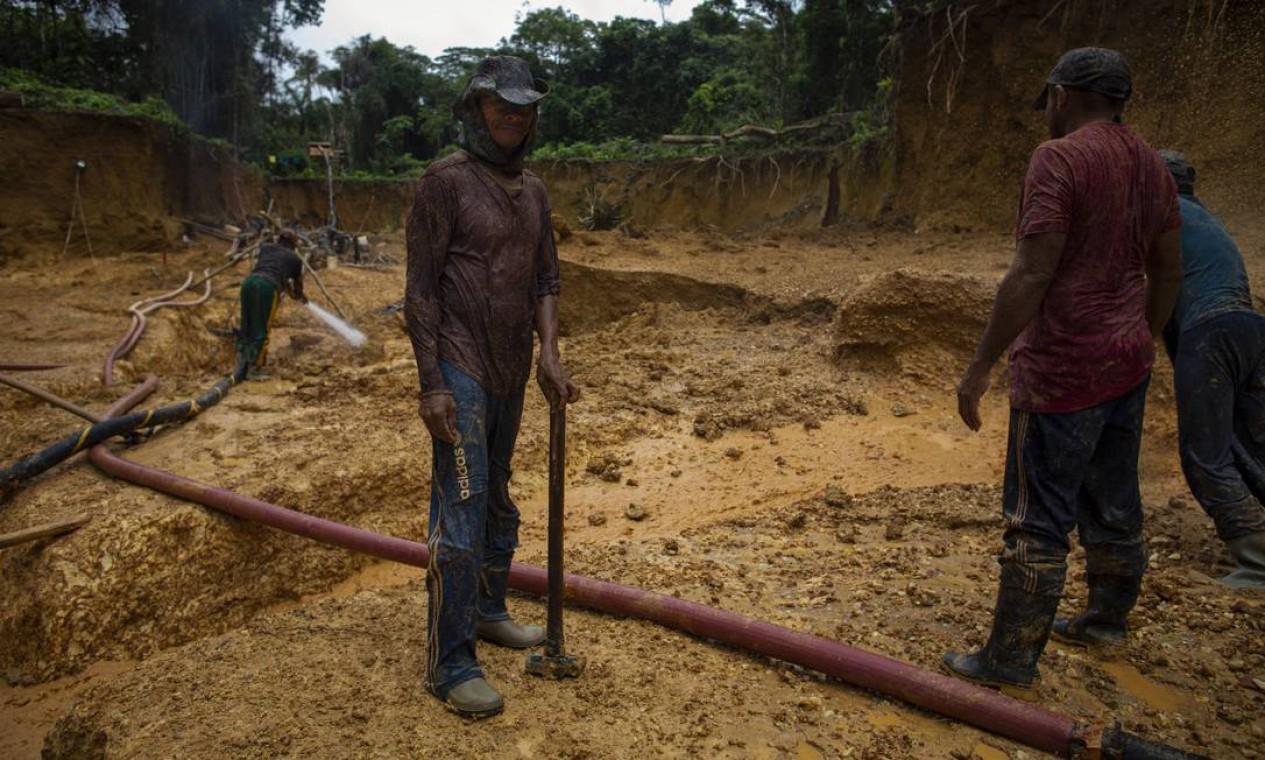 Garimpeiros miseráveis buscam fazer fortuna, ou simplesmente ganhar o dinheiro que não ganham em Boa Vista Foto: Daniel Marenco / Agência O Globo