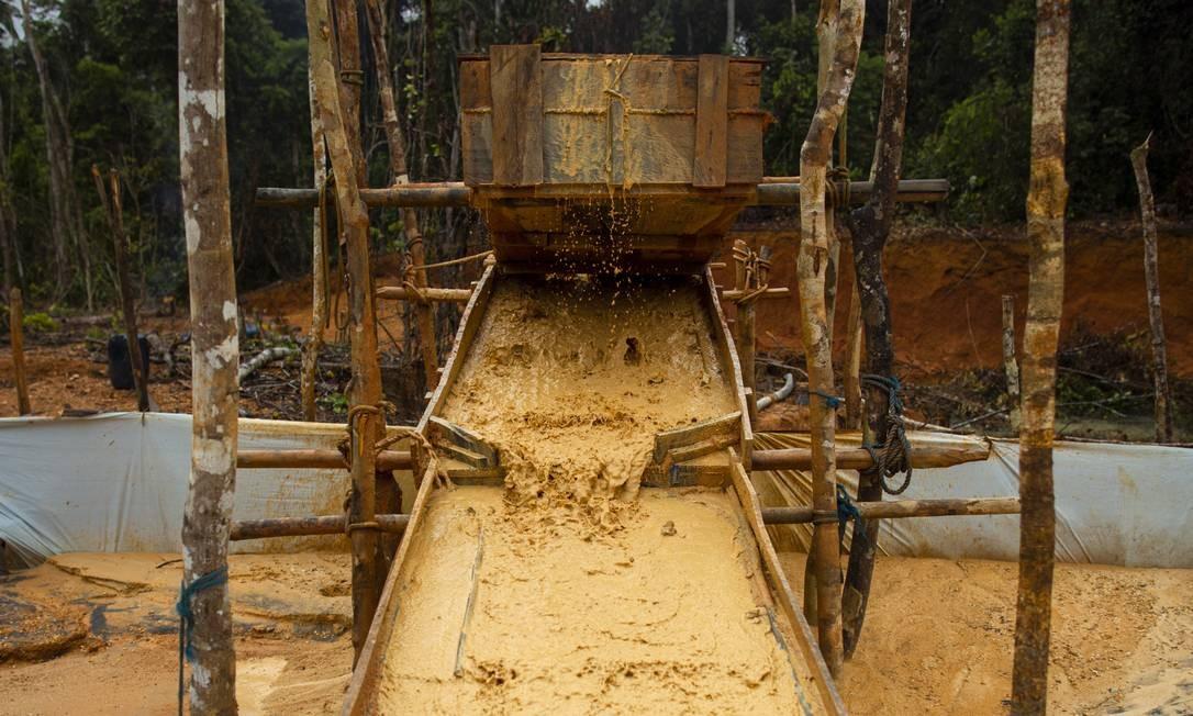 Esteira usada para reter o ouro extraído dos barrancos. Por gravidade, ele fica preso no carpete afixado no fundo da esteira Foto: Daniel Marenco / Agência O Globo