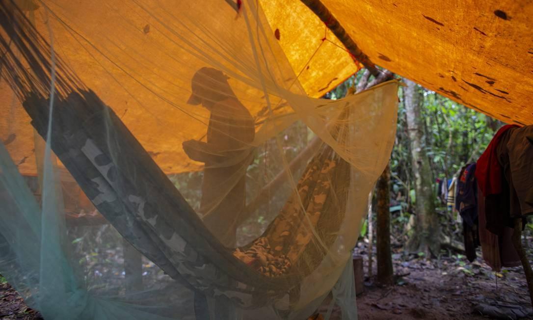 O garimpeiro Mateus, 20, no local que usa para dormir no meio da selva Foto: Daniel Marenco / Agência O Globo