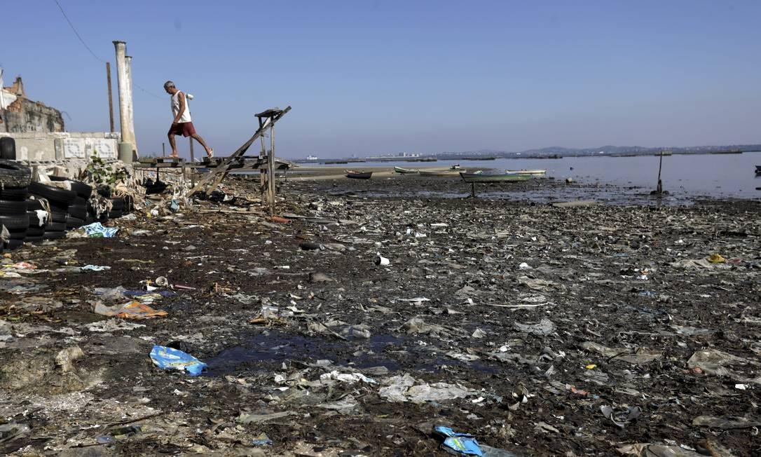 A Praia de Tubiacanga, também na Ilha do Governador, é tomada por esgoto e lixo Foto: Custódio Coimbra / Agência O Globo