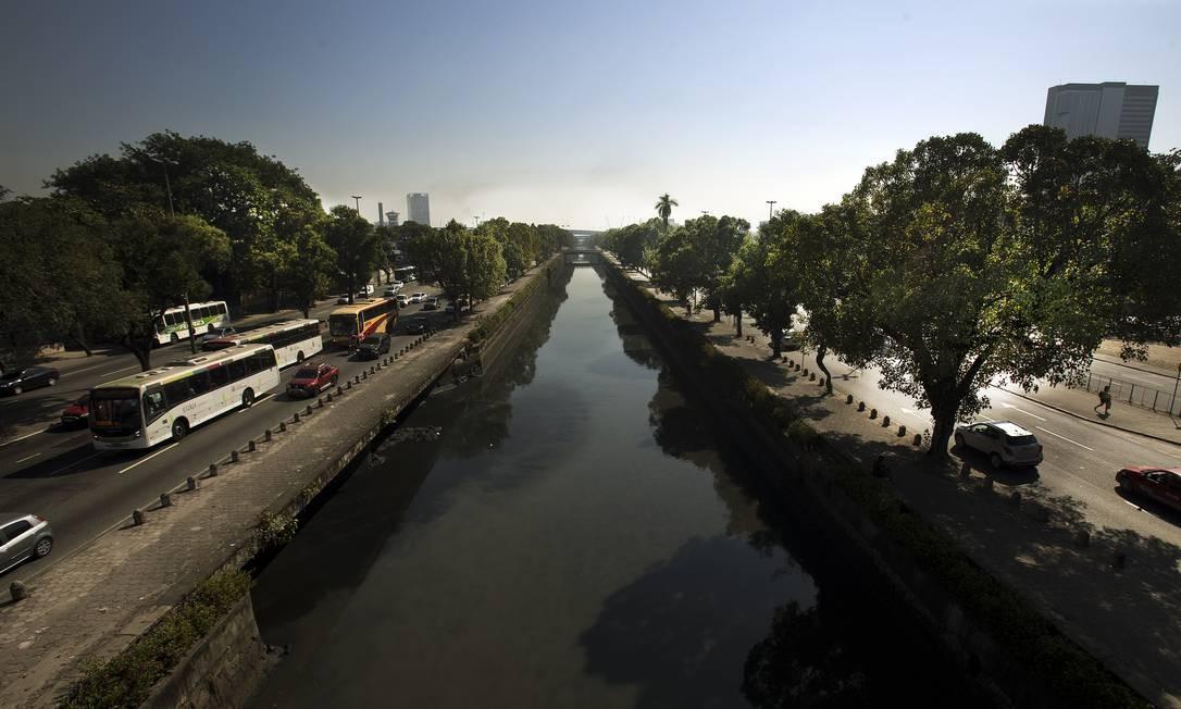 O Canal do Mangue, na região central da cidade, também é recebe esgoto Foto: Antonio Scorza / Agência O Globo