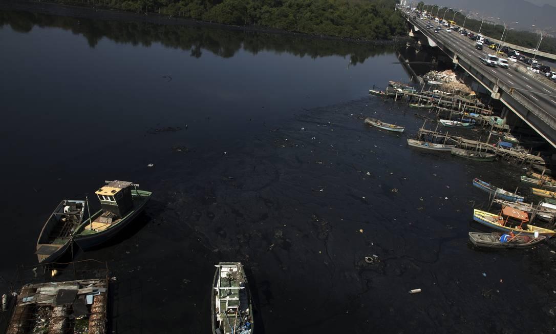 A poluição no Canal do Cunha, próximo às favelas da Maré, também é resultado da falta de investimento em saneamento Foto: Antonio Scorza / Agência O Globo