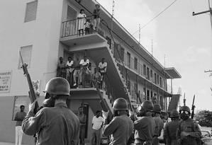 Moradores da Liberty City em Miami cercados por policiais Foto: Bettmann / Bettmann Archive